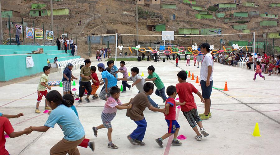 Kinder auf dem neuen Sportplatz des Jayma Kunan e.V.