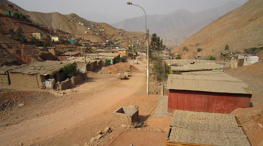 Blick auf den peruanischen Ort  Huaycán in der Nähe von Lima