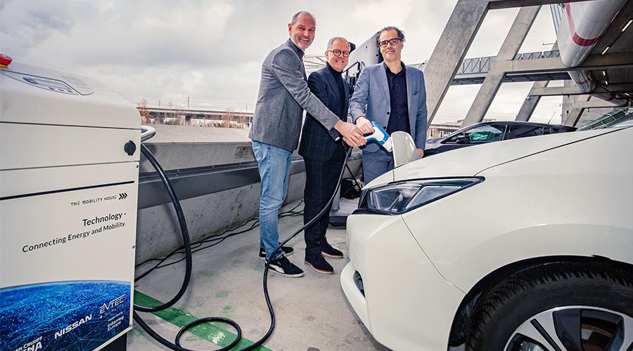 Foto von links nach rechts: Thomas Raffeiner, CEO The Mobility House, Henk van Raan, CIO Johan Cruijff ArenA, and Laurens Ivens, Alderman Amsterdam City Council