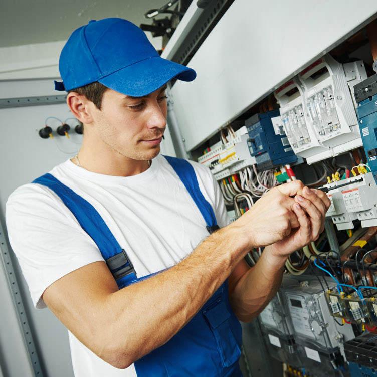 Elektriker bei der Installation