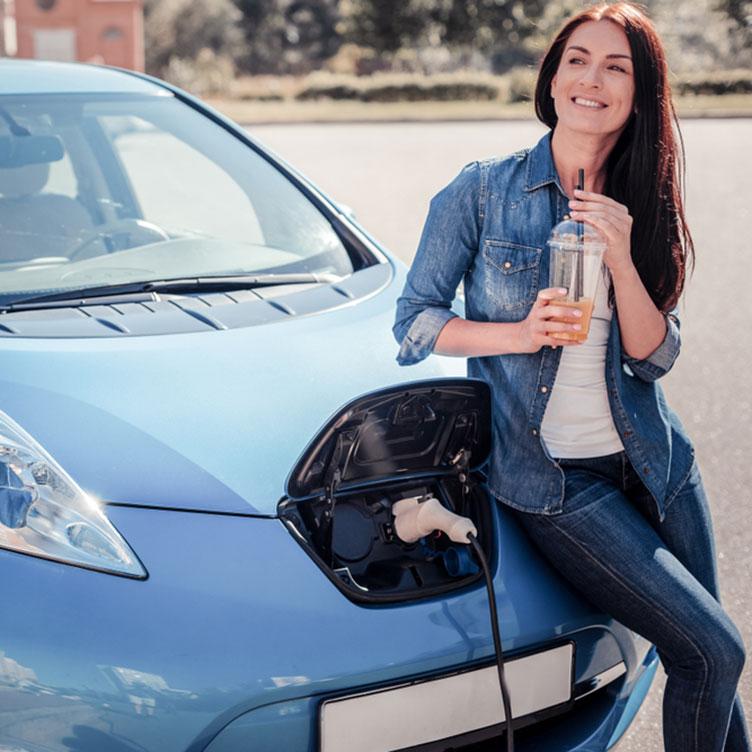 Junge Frau mit Renault Zoe