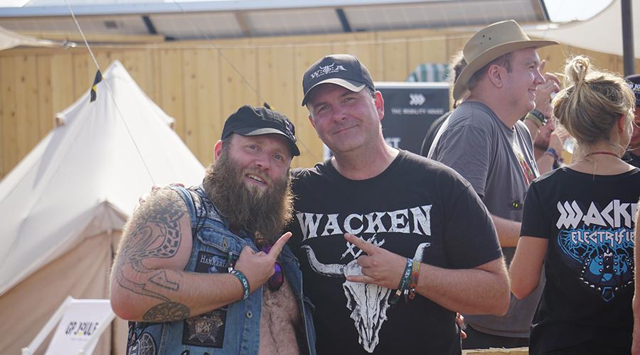 Heavy-Metal Fans auf dem Stand von The Mobility House auf dem Wacken Open Air