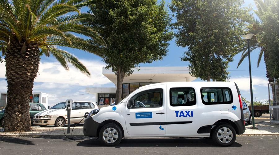 Renault Kangoo Taxi beim Laden auf Porto Santo