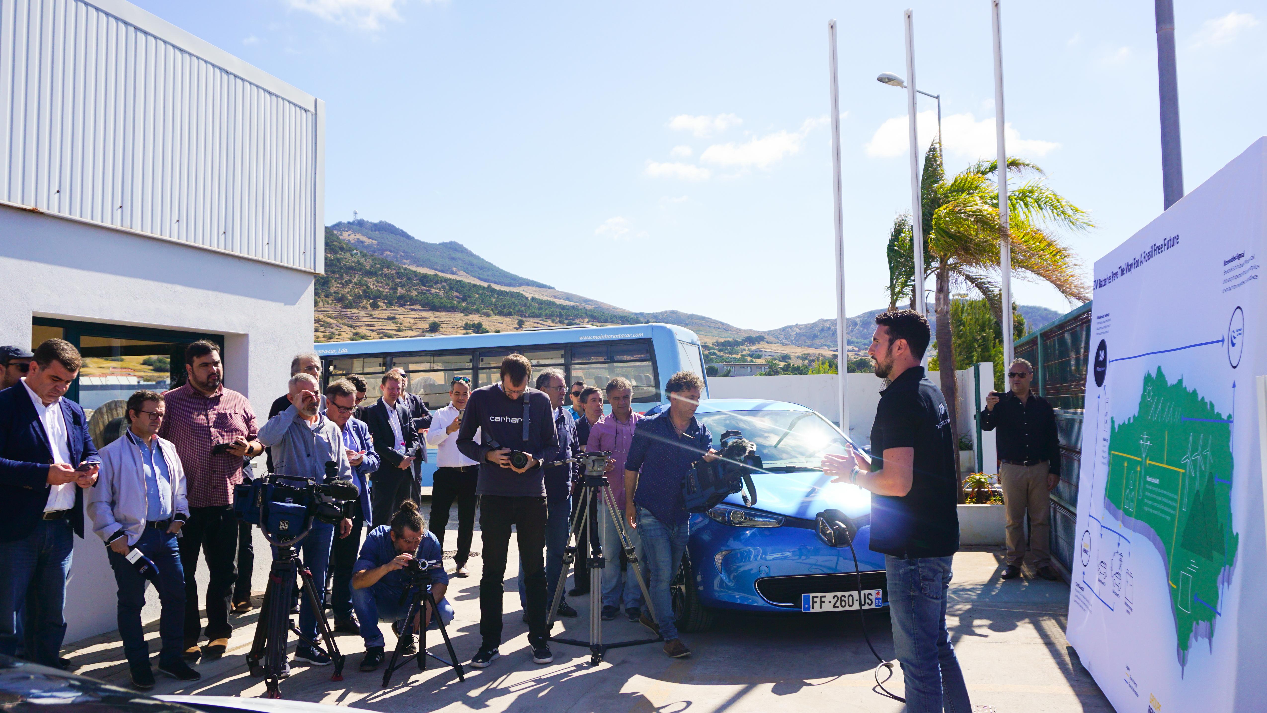 André Duarte gibt eine Presserklärung über das V2G Projekt auf Porto Santo ab