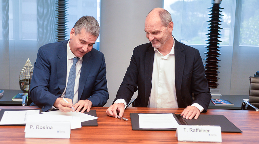 Piero Rosina from Terna and Thomas Raffeiner, founder and CEO of The Mobility House, signing the contract.