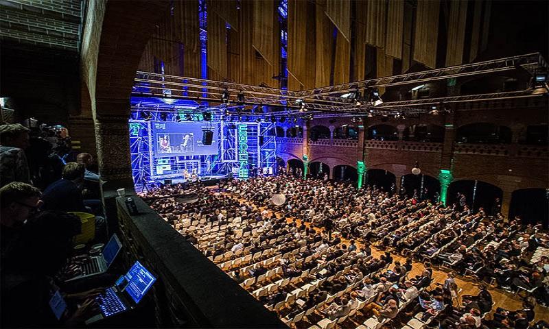 Thomas Raffeiner auf einer Bühne mit Apple, Google und Uber