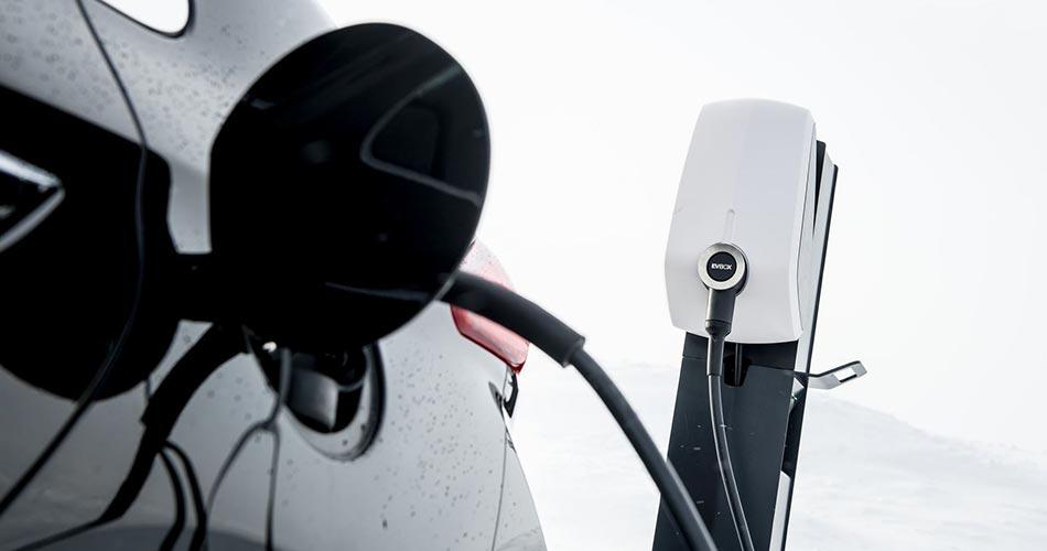 E-Auto lädt an der EVBox Elvi Wallbox