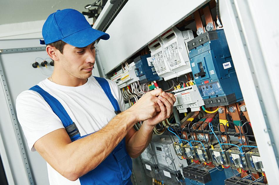 Elektriker am Schaltkasten