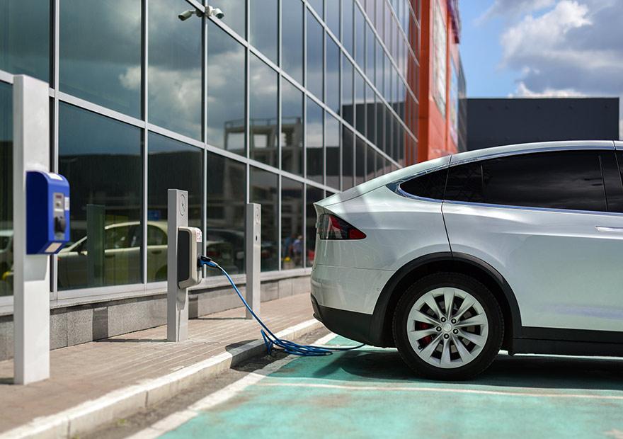 Elektroauto an der Ladestation auf dem Firmenparkplatz