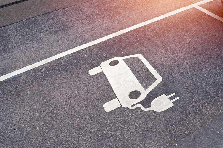 Parkplatz für E-Auto zum Laden auf der Straße