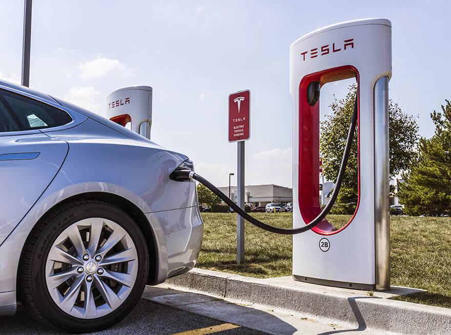Tesla am Supercharger aufladen