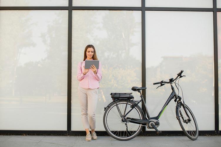 E-Bike in der Stadt laden