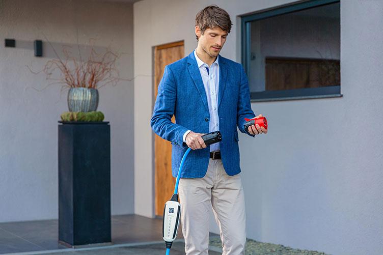 Mann mit mobile Charger von NRGkick