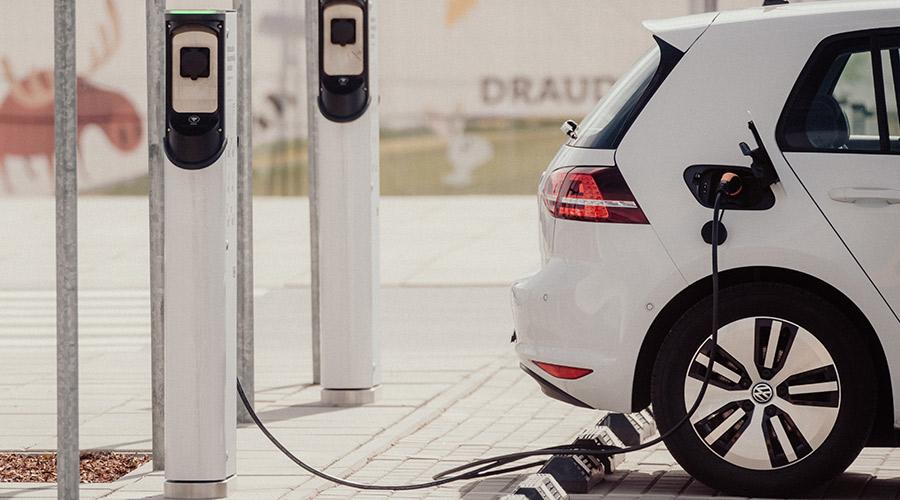 VW e-Golf laden an der Ladestation